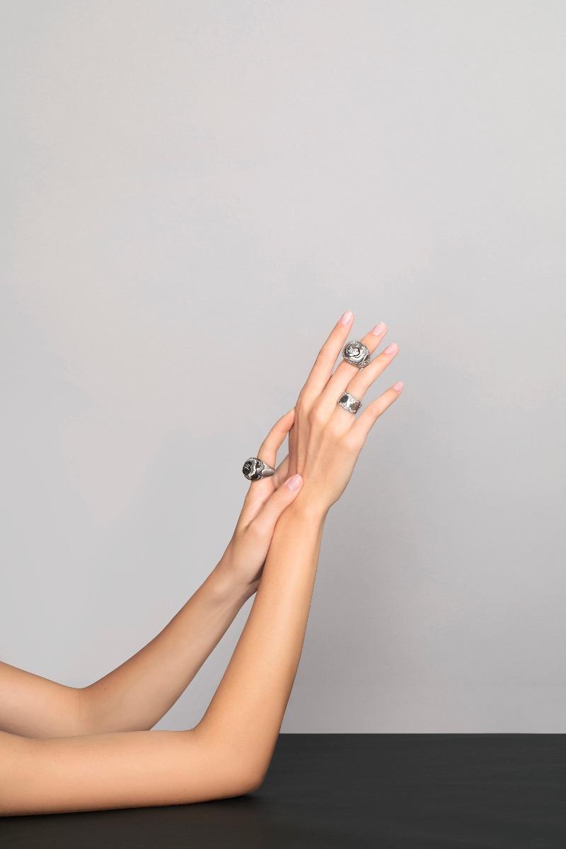 Antonini nuova campagna adv, collezione Anniversary anelli oro bianco e diamanti gold diamonds rings